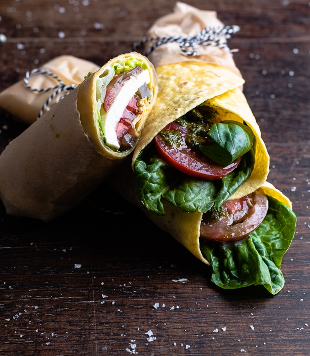 Wraps, gefüllt mit Tomate, Mozzarella, grünem Pesto und Salat