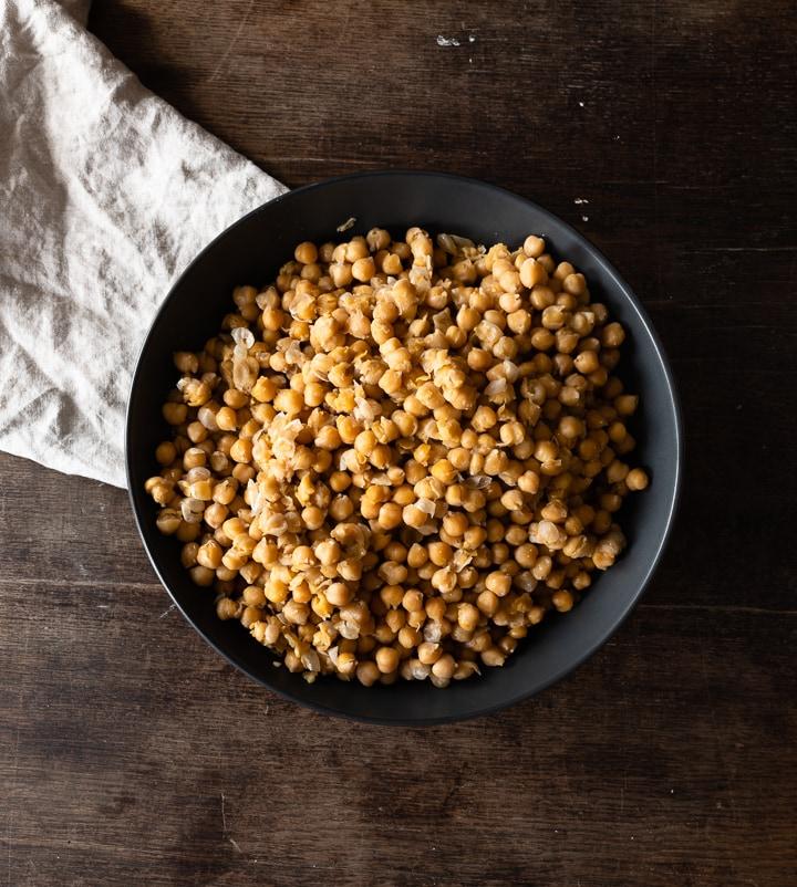 Weich gekochte Kichererbsen für den Hummus.