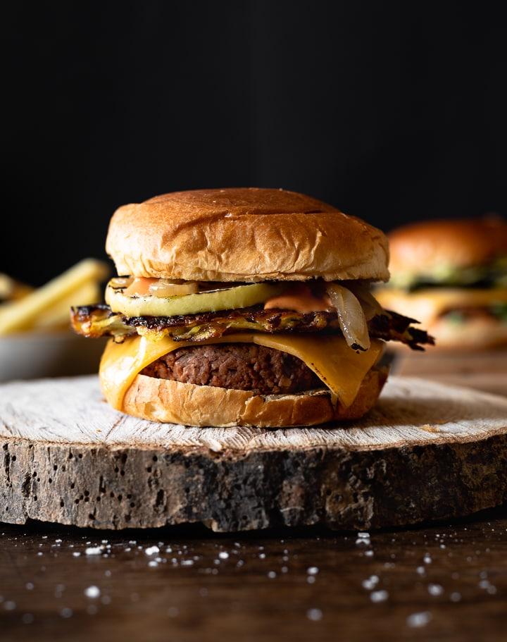 Veggie Burger mit Rösti, Apfel, Zwiebeln und der besten Burgersauce.