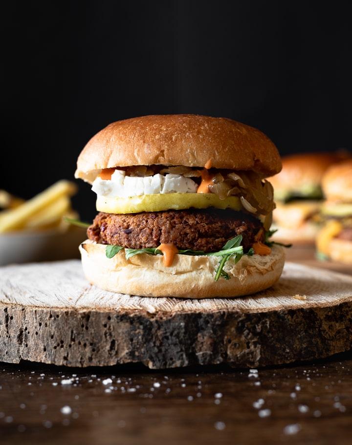 Veggie Burger mit Ziegenkäse, Apfel und Zwiebeln.