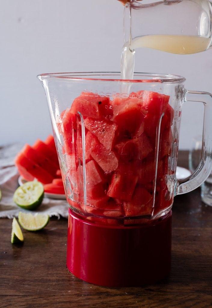 Der Wassermelonen Cocktail wird im Mixer zubereitet. Dafür werden einfach alle Zutaten in den Mixer gegeben.