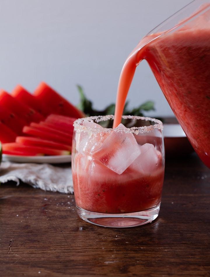 Der Wassermelonen Cocktail wird auf Eis serviert.